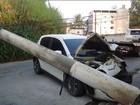 Carro bate em poste, fere dois e deixa bairros sem luz em Barra Mansa, RJ