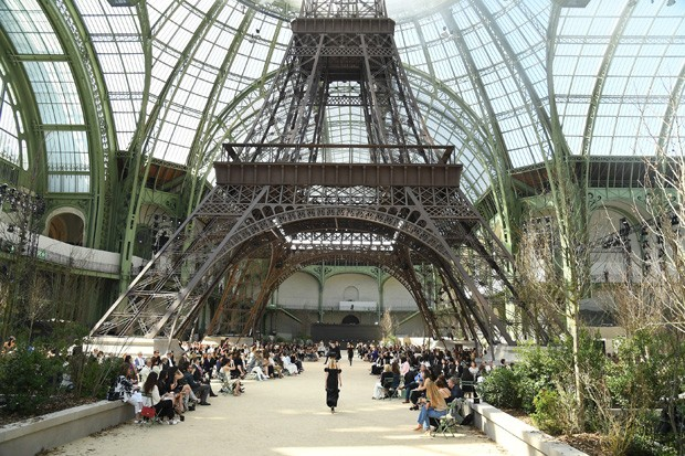 PARIS, FRANCE - JULY 04:  A model walks the runway during the Chanel Haute Couture Fall/Winter 2017-2018 show as part of Haute Couture Paris Fashion Week on July 4, 2017 in Paris, France.  (Photo by Pascal Le Segretain/Getty Images) (Foto: Getty Images)