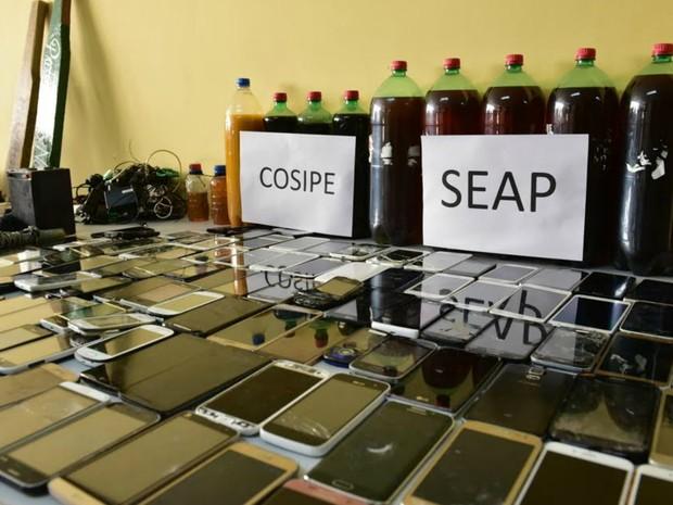 Celulares apreendidos durante fiscalização na UPP (Foto: Seap/Divulgação)
