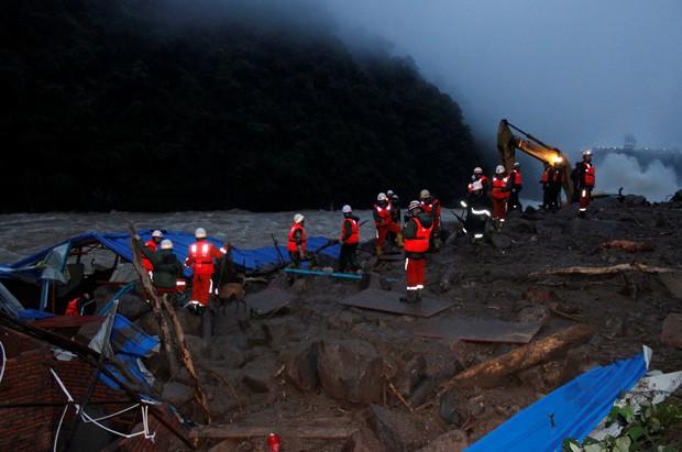 Mais de 400 resgatistas foram mobilizados para tentar encontrar sobreviventes (Foto: REUTERS/Stringer)