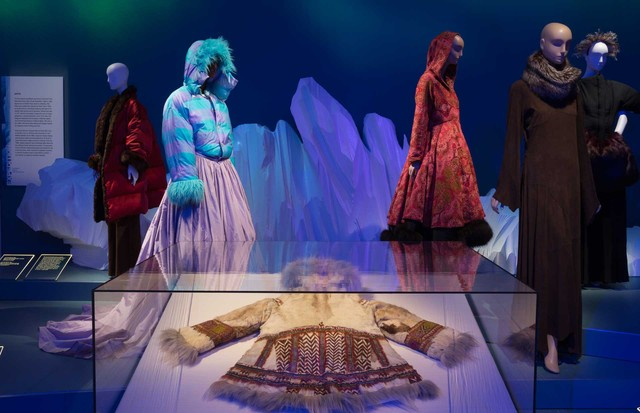 "From left: Puffer coat by Jean Paul Gaultier, ""Le Grand Voyage"" collection, Autumn/Winter 1994. Lent by Dorothea Mink; Isaac Mizrahi ""Lumberjack ball gown"" ensemble, Autumn/Winter 1994. Lent by Isaac Mizrahi; (in case) Siberian funerary coat, c. 1900. Len (Foto: EDWARD CURTIS)"