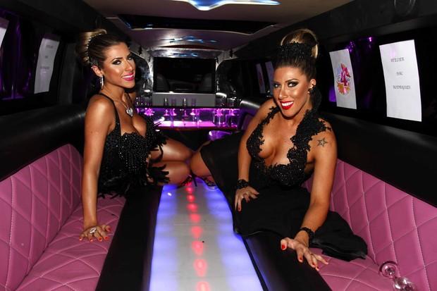 Ana Paula e Tati Minerato posam decotadas dentro de limousine (Foto: Paduardo/Ag News)