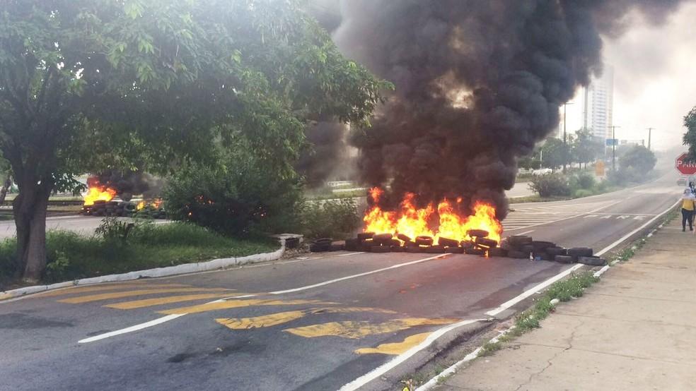 Em Natal, manifestantes bloquearam uma das faixas da BR-101, em frente ao supermercado Carrefour (Foto: Andrea Tavares/G1)