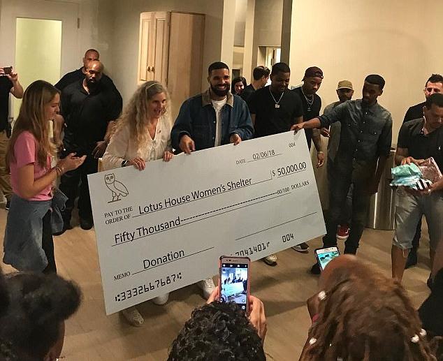 O rapper Drake com a representante da instituição para quem ele deu cheque de US$ 50 mil (Foto: Instagram)