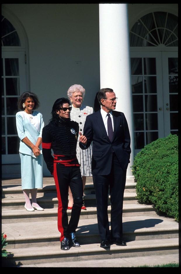 Michael Jackson com George Bush em abril de 1990 (Foto: Getty Images)