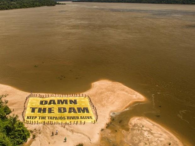 Povo Munduruku pediu, em várias línguas, o fim das barragens.  (Foto: Fábio Nascimento/Greenpeace/ Divulgação)
