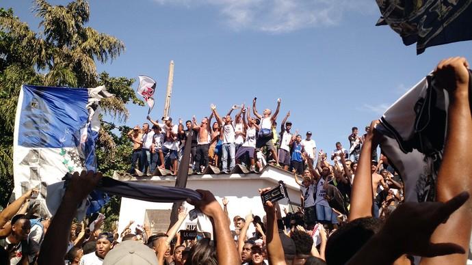 Torcedores do Vasco recebem Luis Fabiano (Foto: Fred Huber)