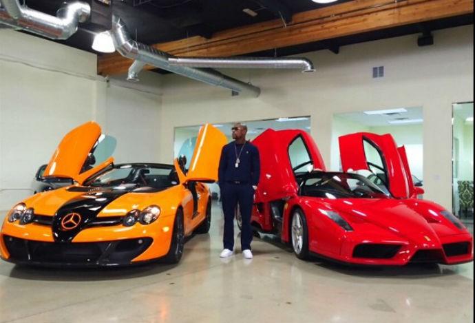 Floyd Mayweather posa ao lado de dois veículos de luxo (Foto: Reprodução/Instagram)