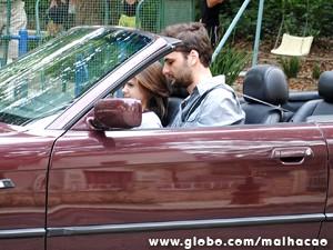Empolgada, Clara sai de carro com Beto Bruno. (Foto: Malhação/TV Globo)