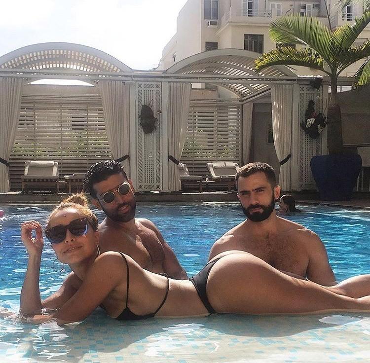 À beira da piscina com Rodrigo Costa (Foto: Reprodução/Instagram)