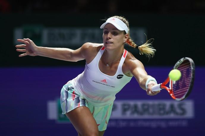 Angelique Kerber dispara um forehand contra Agnieszka Radwanska na semifinal do WTA Finals, em Cingapura (Foto: Julian Finney/Getty Images)