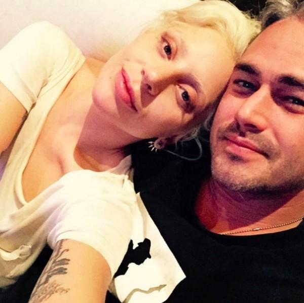 A cantora Lady Gaga e seu ex-noivo, o ator Taylor Kinney (Foto: Instagram)