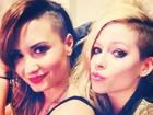 Demi Lovato e Avril Lavigne mostram visual igual em camarim
