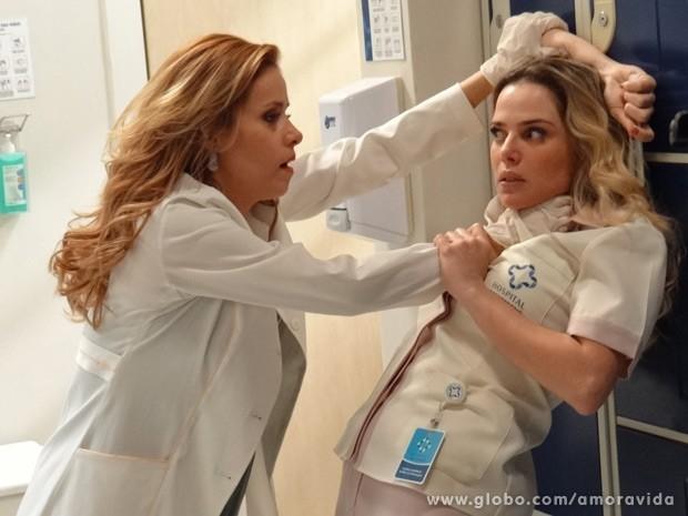 Glauce e Elenice brigam por frasco de DNA (Foto: Amor à Vida / TV Globo)