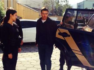 Alexandre Romano chega ao IML para fazer o exame de corpo de delito  (Foto: Júlio Carvalho / RPC )