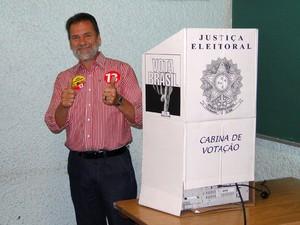 Durval Ângelo (PT) vota em Contagem (Foto:  Pedro Cunha/G1)