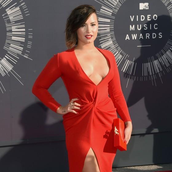 Demi Lovato - muito decote para uma atitude séria (Foto: Getty Images)