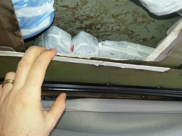 Produtos estavam escondidos em um fundo falso no teto do veículo com placas de Medianiera, no oeste do Paraná (Foto: RF / Divulgação)