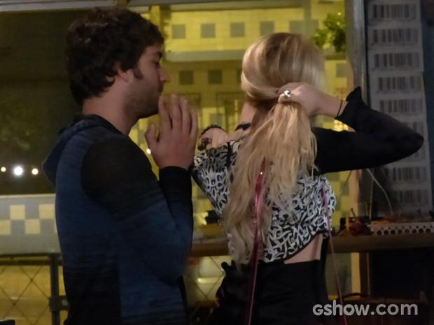 Loira bem que tenta, mas o perfume de feromônio não surte efeito (Foto: Geração Brasil/TV Globo)