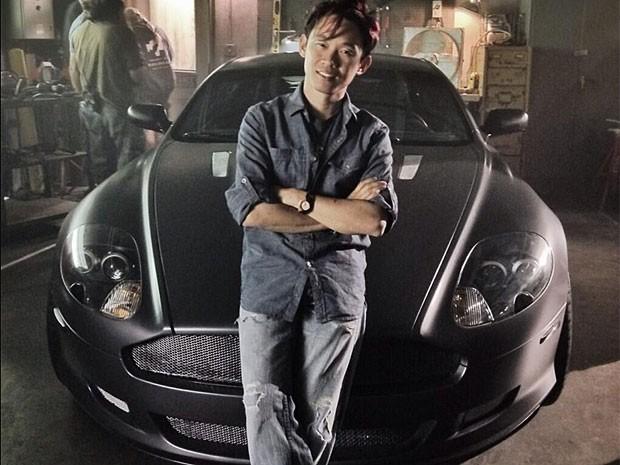 Diretor James Wan posa com Aston Martin do 7º filme (Foto: Reprodução/Twitter)