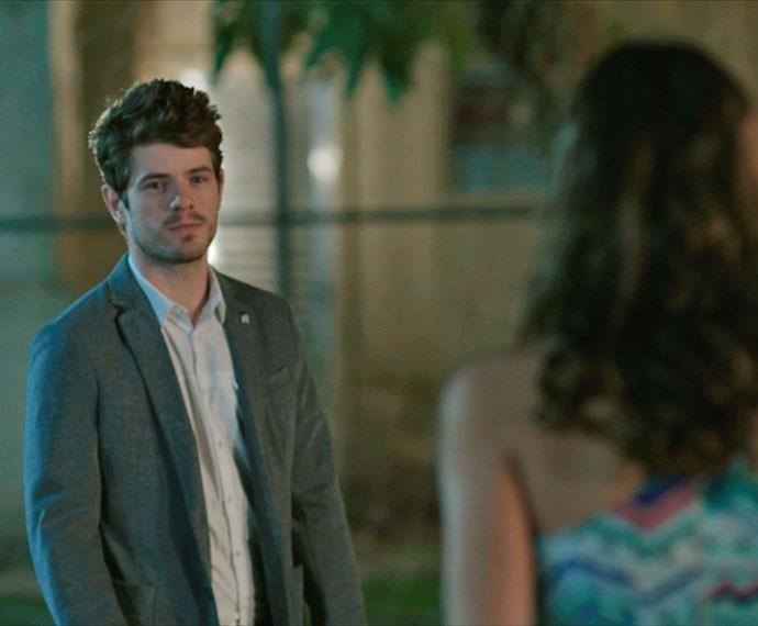 Benjamin chega e surpreende Mari no campinho (Foto: TV Globo)