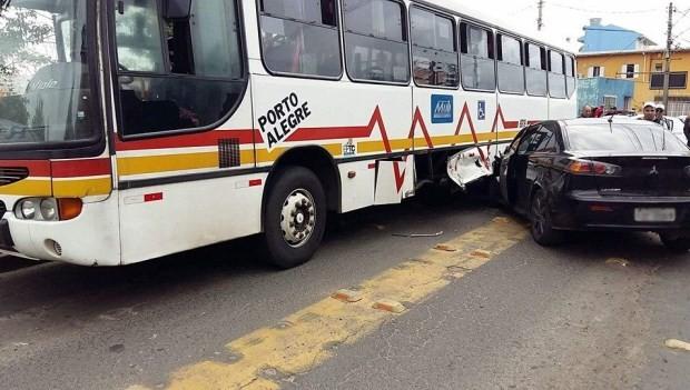 Carro bateu em ônibus após motorista ser alvo de disparos e morrer (Foto: Reprodução/Porto Alegre 24 horas)
