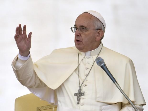 O Papa Francisco faz o sinal da cruz ao final de sua audiência geral na Praça São Pedro, no Vaticano, na quarta-feira (29) (Foto: AFP Photo/Gabriel Bouys)