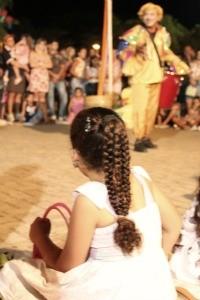 Peça atrai público infantil, na Praça Aluízio Ferreira (Foto: Flaviane Azambuja/G1)