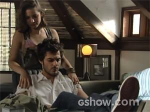Martin e Micaela conversam no quartinho (Foto: Malhação / TV Globo)