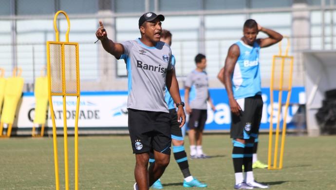 Roger comanda treino do Grêmio no CT Luiz Carvalho (Foto: Diego Guichard)