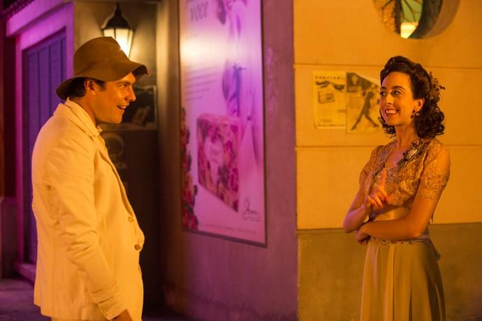Candinho e Clarice conversam na porta da Taxi Dancing (Foto: Fábio Rocha / Gshow)
