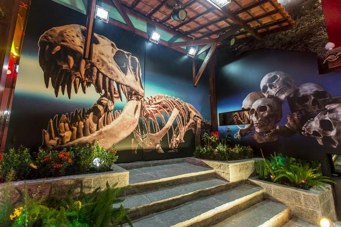 Esqueletos de dinossauro e crânios humamos tomaram conta das paredes da Festa (Foto: Artur Meninea/Gshow)