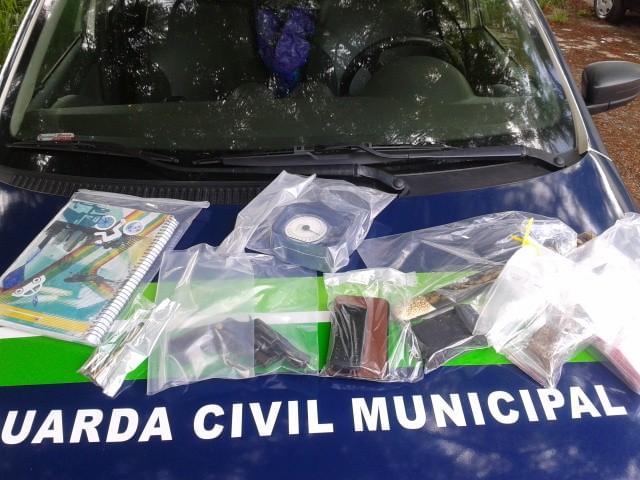 Material apreendido em casa de homem de 28 anos preso suspeito de torturar, agredir companheira e por tráfico de drogas em Valinhos (Foto: Divulgação/GM Valinhos)