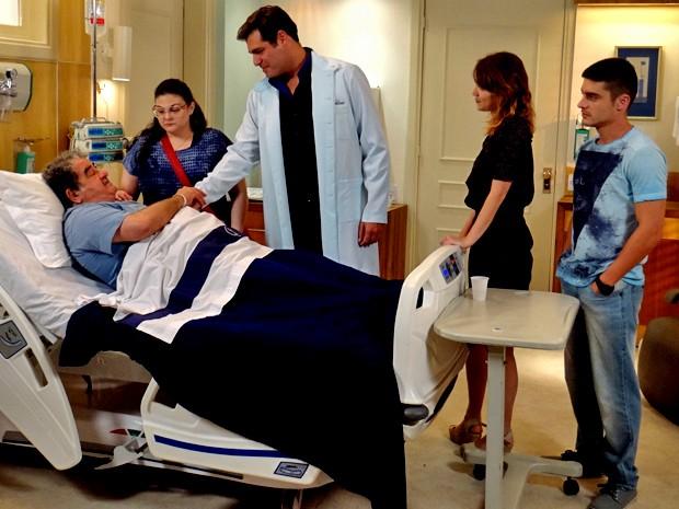 Marcos examina Vicente após armação (Foto: Gshow)