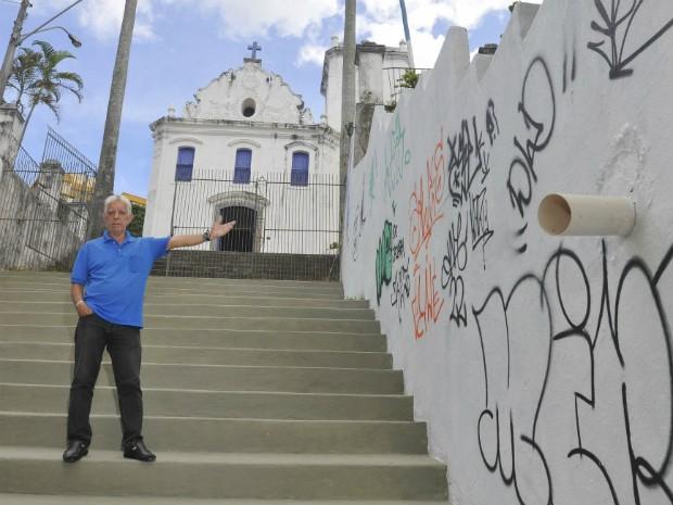 Aposentado mostra as paredes da escadaria pichadas (Foto: Marcelo Prest/ A Gazeta)
