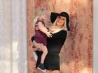 Jessica Simpson leva filhos a evento e exibe boa forma
