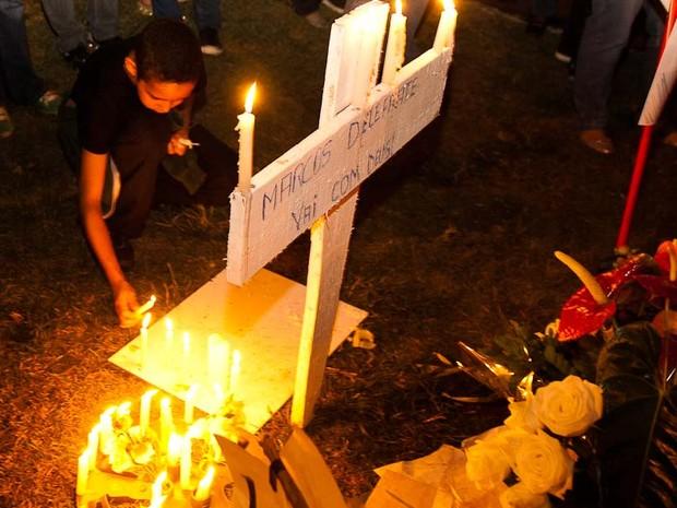 Sexta-feira (21) - Manifestantes acendem vela em homenagem a memória do estudante Marcos Delefrate (Foto: Érico Andrade/G1)