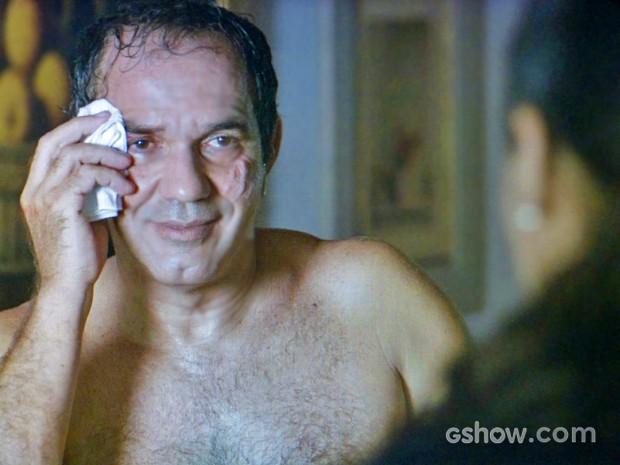 Virgílio disfarça e não revela que brigou com Laerte para Ana (Foto: Em Família/ TV Globo)