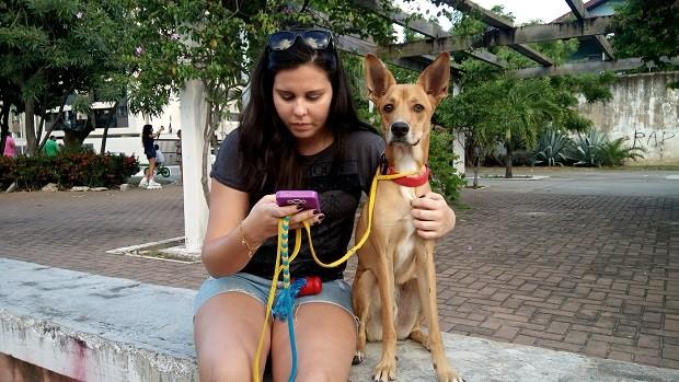 A biológa Samia Miranda foi caçar Pokémon  e levar o cachorro para passear (Foto: Derek Gustavo/G1)