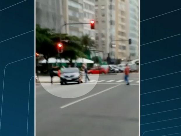 Taxistas agridem motorista do Uber em Copacaban (Foto: Reprodução / Globo / Enviado por Whatsapp)