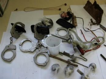 Celulares, algemas e drogas foram encontrados na vistoria (Foto: Polícia Militar / Divulgação)