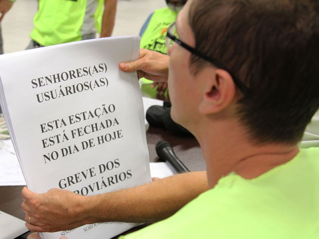 Funcionários espalham folhetos em estações paradas (Foto: Alex Falcão/Futura Press/Estadão Conteúdo)