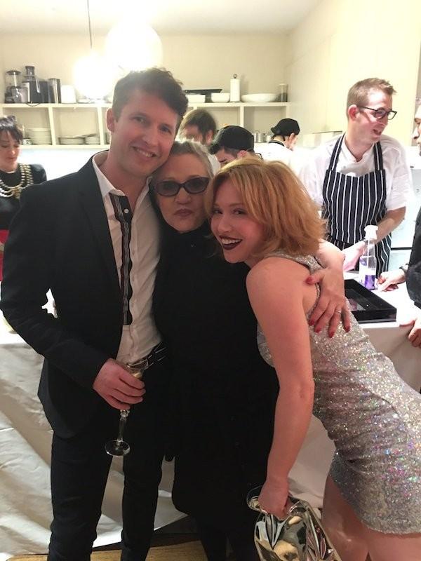 A atriz Carrie Fisher com amigos (Foto: Twitter)