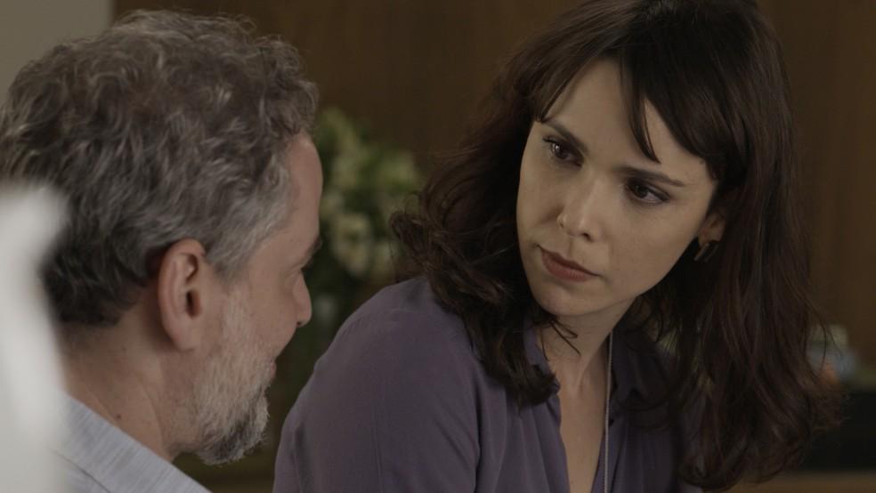 Irene sonda Eugênio sobre Tio Garcia (Foto: TV Globo)