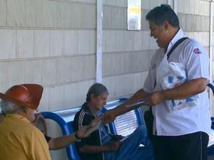 Professor distribui livros e deixa outras em bancos de pontos e praças em Rio Claro (Foto: Oscar Herculano Jr./ EPTV)