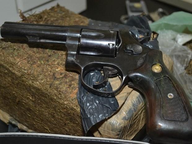 Maconha, arma e munições aofram apreendidas com o suspeito. (Foto: Ascom/ Polícia Civil)