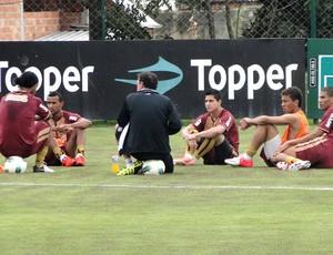 Cuca conversa com titulares no Atlético-MG (Foto: Fernando Martins / Globoesporte.com)