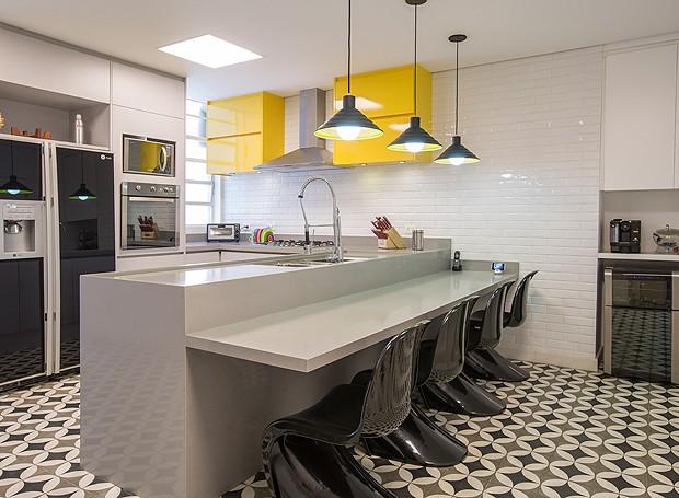 Na cozinha, ladrilho hidráulico e armários amarelos deixam o espaço com um jeitinho retrô (Foto: Divulgação)