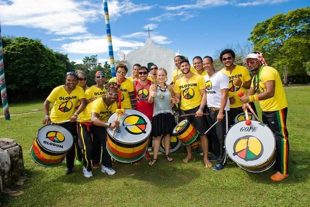 O ator Dudu Azevedo e a banda Olodum participaram da temporada do Estrelas na Bahia (Foto: TV Globo / Tarso Figueira)
