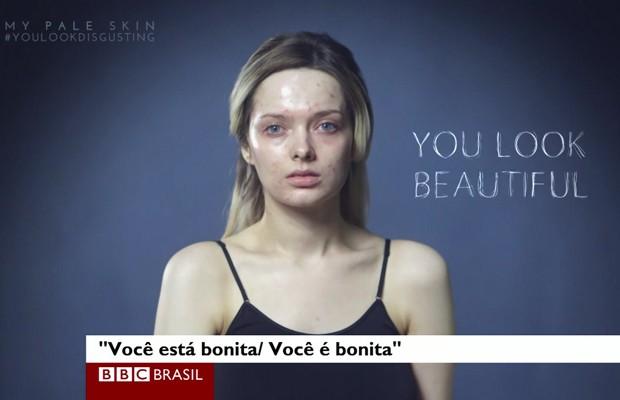 Na maior parte do vídeo, Ford aparece sem maquiagem, com a acne aparente, e muda, deixando os xingamentos falarem mais alto. (Foto: BBC)